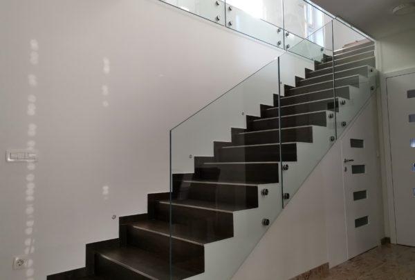 Steklena stopniščna ograja