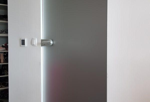 steklena vrata z minimalnim ALU podbojem
